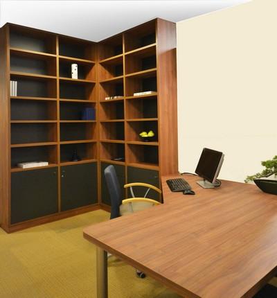 de boekenkast in hoekopsteling met het bijbehorende bureaublad is te zien in onze showroom deze is uitgevoerd in een zeer natuurgetrouw notendessin