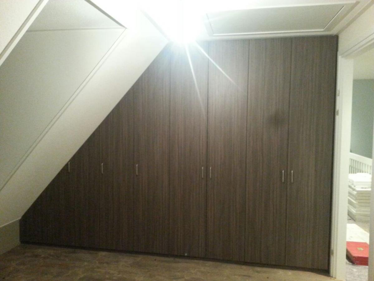 Kasten onder een schuine wand schuin dak in badkamer geen probleem voorlichtingsburo wonen - Badkamer onder het dak ...